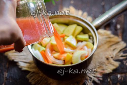 заливаем томатным соусом