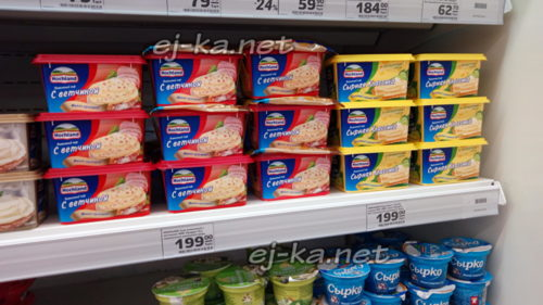 Плавленный сыр на полке в магазине