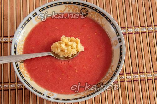 кладем чеснок к томатам