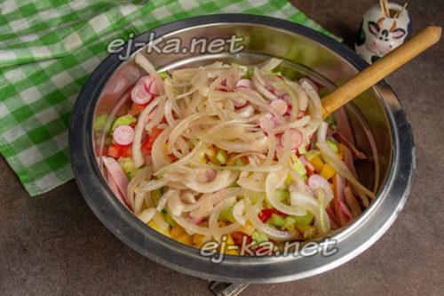 добавить лук в салат