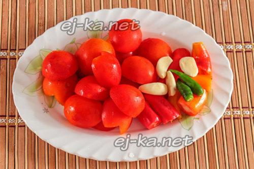 подготовленные томаты с чесноком