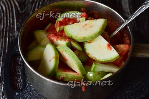 заливаем кабачки томатом