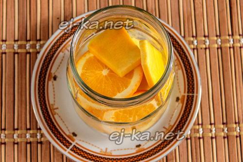 наполняем банку тыквой и апельсинами