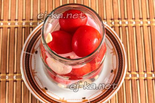 наполняем томатами банку