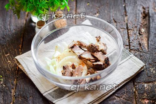 смешать лук и мясо