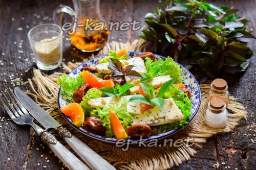 Салат с финиками и голубым сыром