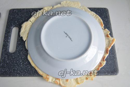 положить тарелку