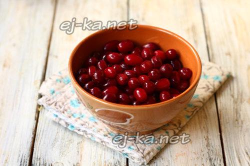 вымытая ягода кизила