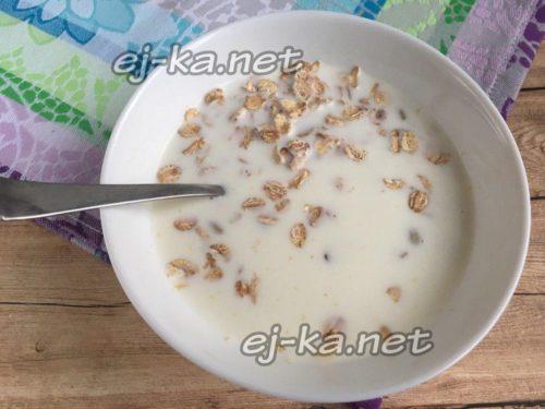 залить молоком