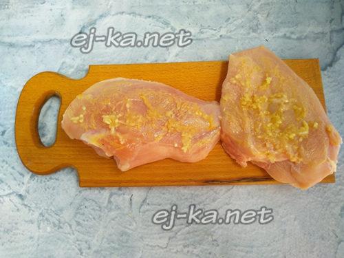 смазать филе горчицей