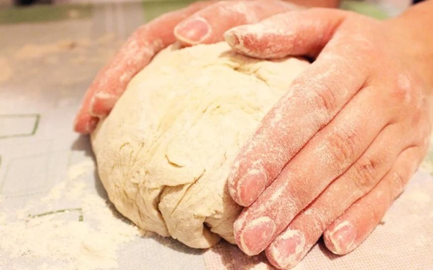 Дрожжевое тесто для пиццы на кефире, молоке, воде, сметане: рецепты с фото  – Рецепты с фото