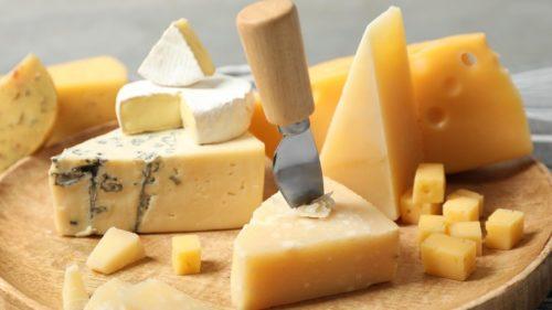 сыр на разделочной доске