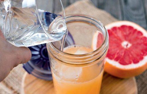 Смешивают грейпфрутовый сок с маслом, медом и перчат