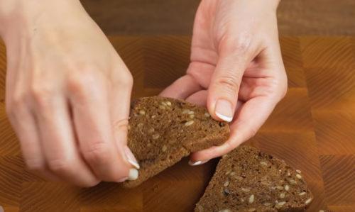 натираем хлеб