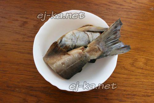 чистят рыбу