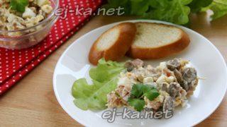 салат с жареными грибами, мясом и сыром