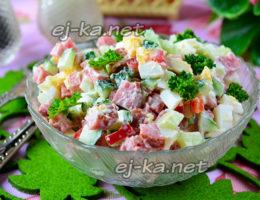 салат с огурцами и копченой колбасой