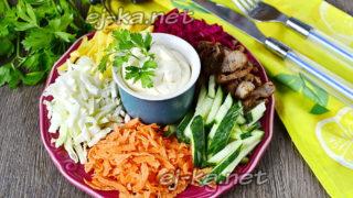 салат на блюде