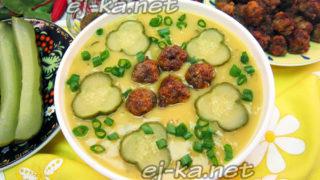 гороховый суп с фрикадельками и солеными огурцами