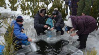 люди набирают святую воду
